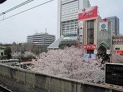 ホームから見た中野駅前