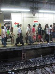 混雑している新宿駅