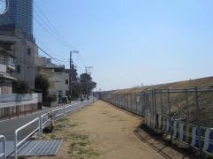 堤防工事のため堤防の外を歩く