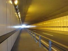 トンネルを進む