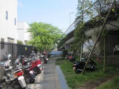 バイクが止まっている間を進む[写真6]