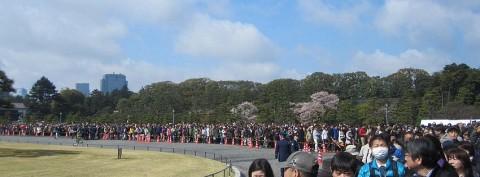 春季皇居乾通り一般公開に並ぶ人たち