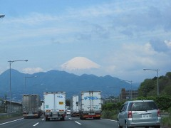 東名高速からうっすらと富士山が見えた