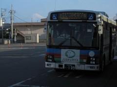 ライオンズカラーのバスの背後に富士山が…