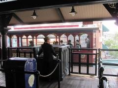 アメリカンウォーターフロント駅に到着した電車
