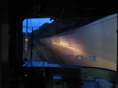 何本もの貨物列車とすれ違う
