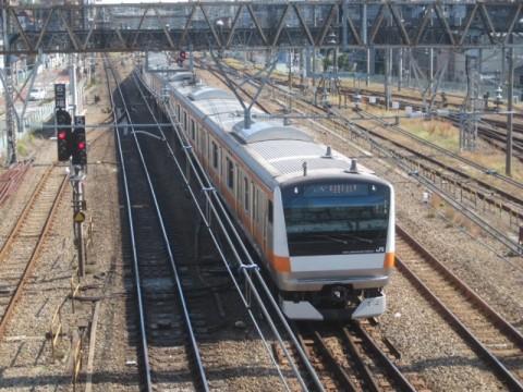三鷹駅を出発する電車