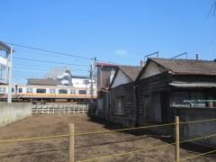 駅近くには古い建物も多く残る