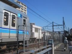 三鷹駅から出発を待つ各駅停車