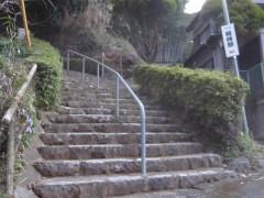 階段の下から見上げる