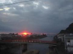 河津駅から真っ赤な太陽が見えた