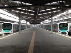 発車を待機する列車たち