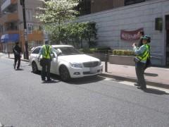 駐車違反取り締まり直後、ドライバー現る