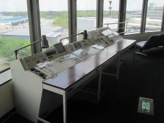 実際に管制塔で使われていた管制卓も展示されている