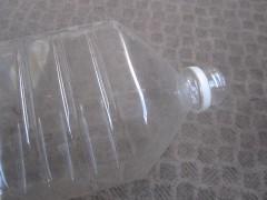 新しいペットボトルを切って…