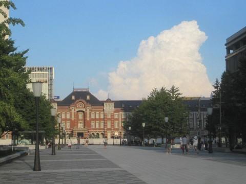 東京駅の背後に入道雲が…