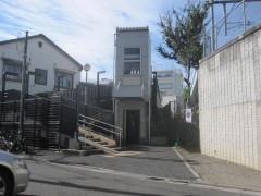 かつてあった踏切は歩道橋とエレベーターに変わっていた