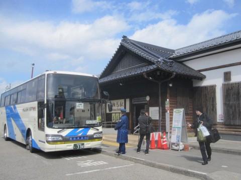 相馬駅の駅舎と代行バス