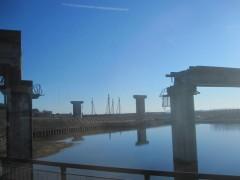 崩落した気仙沼線鉄橋と建設中の道路橋