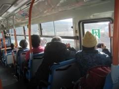 シャッターを切る乗客たち