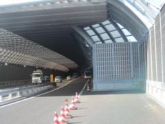 始発のバスが、トンネルの奥で待機