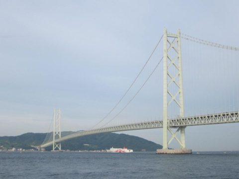 朝日を受ける明石海峡大橋