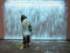 「ためる」…映像の前に立つと映像の水をせき止められる