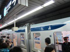 霞ヶ関駅に到着…車外のサインが大きくなった