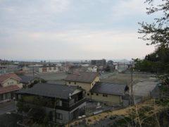 高台から街を見渡す