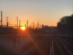 ちょうど京浜東北線の電車がやってきたところに…