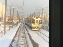 札幌に向かう列車と次々とすれ違う