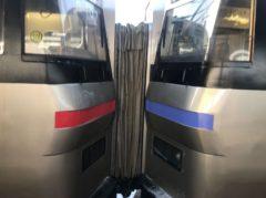 前方(左)が731系電車、後方(右)がキハ201系気動車