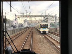 すれ違う列車のスピードも早い