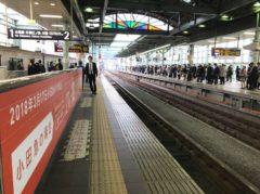 ここも列車を待つ乗客の数がすごい