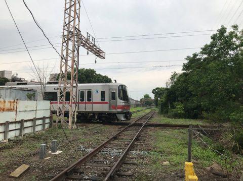 折り返しの列車が独特の音を響かせる
