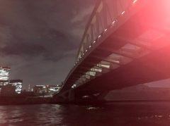築地大橋の下を通る