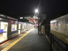 稲荷駅に到着…まだ真っ暗…