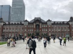 東京駅前はかなりの人出