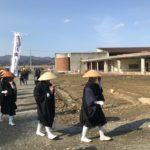 合同慰霊祭に向かう僧侶たち