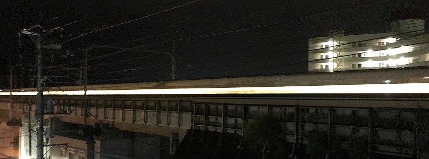すごい勢いで通過する東海道新幹線