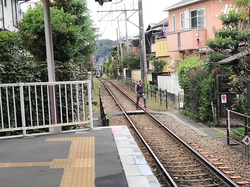 電車が近づいてくるけど…