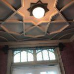 独特の天井とステンドグラス