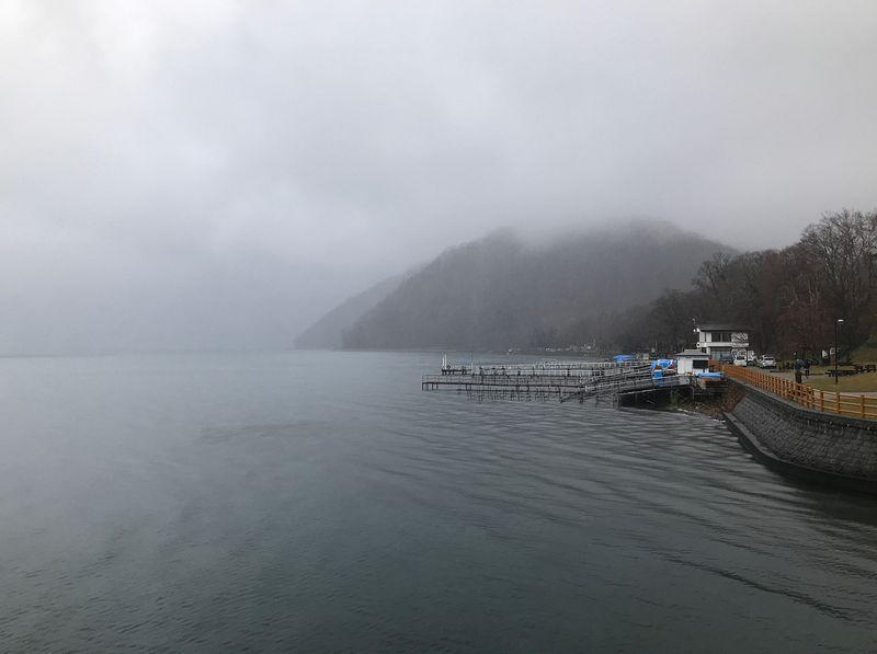 雨の支笏湖