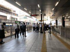 たくさんの乗客が待つ