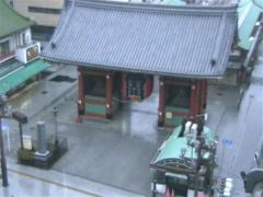 雨で誰もいない浅草寺雷門